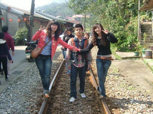 漫步在鐵道上唷!.JPG