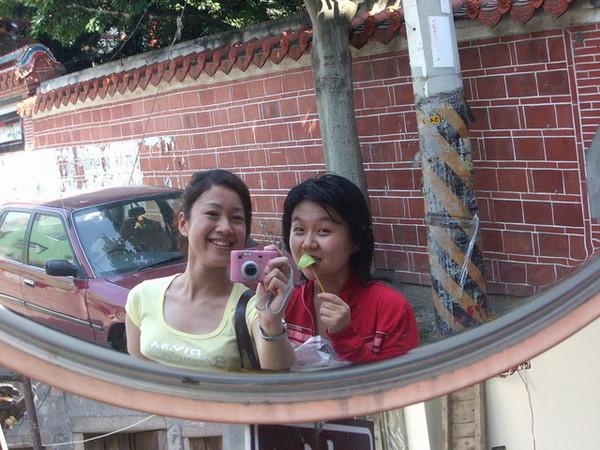 鹿港老街,這就是所謂的攬鏡自照吧.JPG
