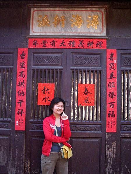 聰的紅色衣服跟門...真是搭.J