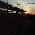 黃昏的火車站內.JPG