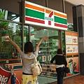 7-11!!超級開心終於有可以買飲料的地方了