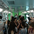 Sentosa Express 車廂滿滿的人