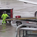 Minneapolis機場轉Kansas,行李員正掛上我的行李XD