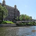 河邊一景 (旁邊是各大著名的連鎖飯店)