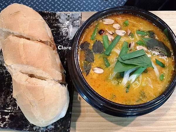 貞娘娘越式料理_越式黃咖哩。雞腿。法國麵包1.jpg