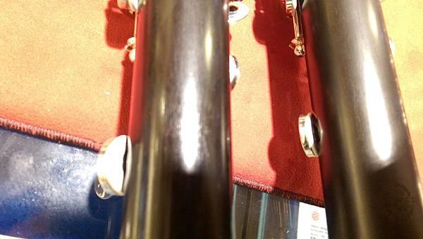 8.兩款皆在下管最下面幾個音孔皮墊換成增加金屬反射板(類似Flute,Saxophone)提升聲音共鳴(算是目前Selmer Clarinet特色之一)-1.jpg