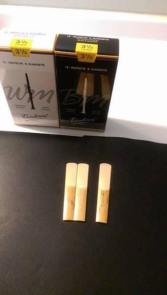 V12(右)與兩款Vandoren德式單簧管簧片(White Master,Black Master)比較