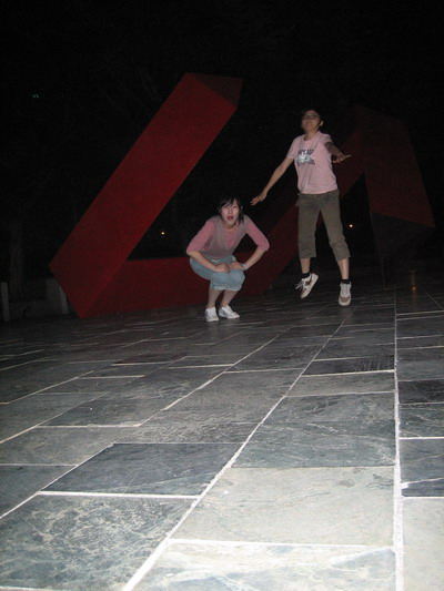 就是一人蹲一人跳的有趣畫面