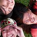 攝影師三伯母要我們躺草地