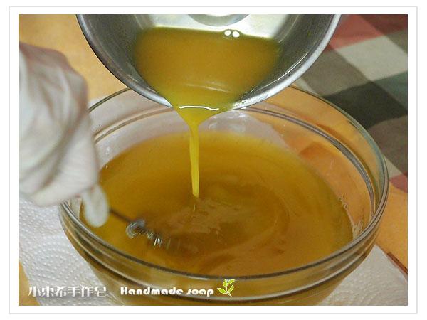 鹼液倒入油品中混合攪拌