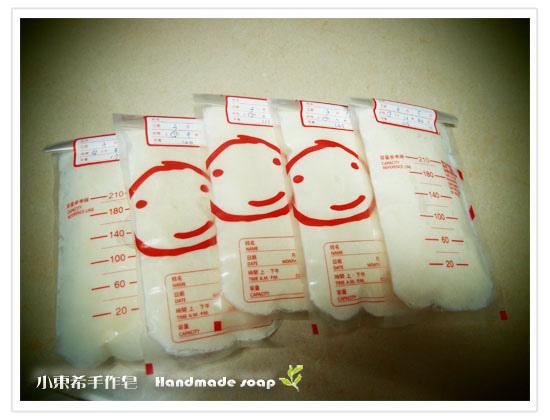 母乳含袋總重約:700G