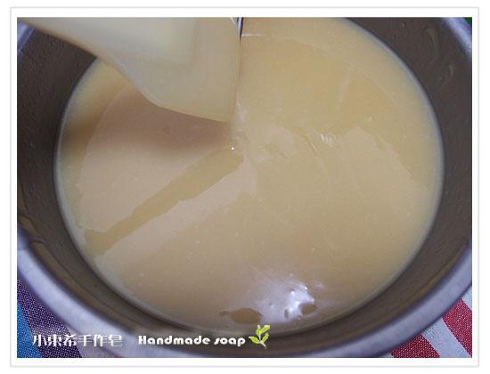 攪拌至皂液trace可以劃出痕跡