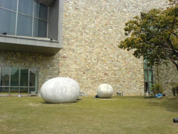 美術館邊的門口的緣地