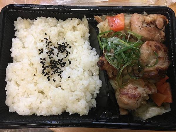 日式鹽蔥烤雞便當01.JPG