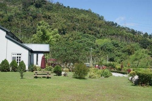 花東的好天氣,發現坐落於山腳下的竹炭工坊