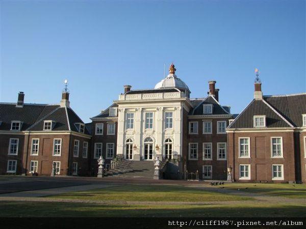 宮殿(與現在荷蘭女王所居住的宮殿,外觀一模一樣)