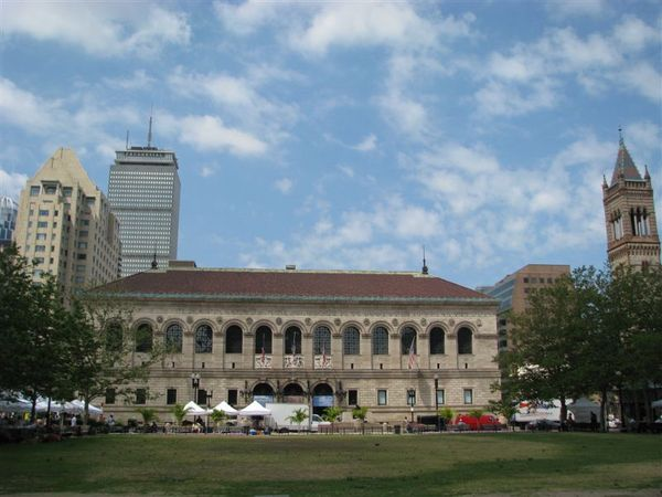 波士頓圖書館與後方的保德信大樓