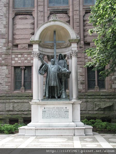 三一教堂側面的主教紀念碑