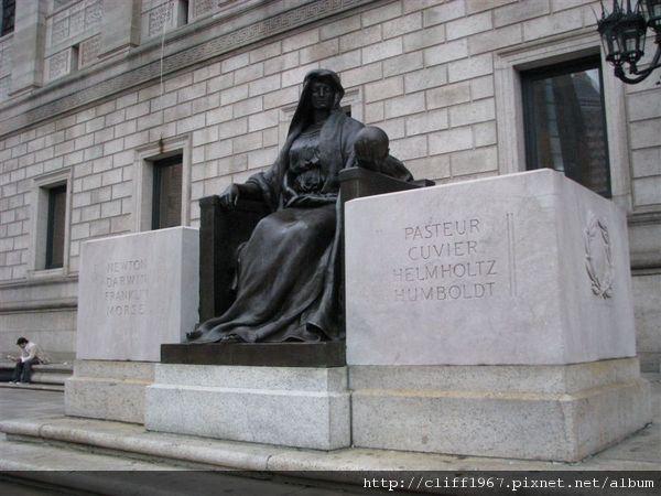 波士頓圖書館入口雕像(這位女神象徵科學)