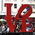 普普藝術大師羅伯特印地安那的「LOVE」,台北101前面也有一個