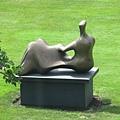 斜倚的人體--亨利摩爾的雕刻作品