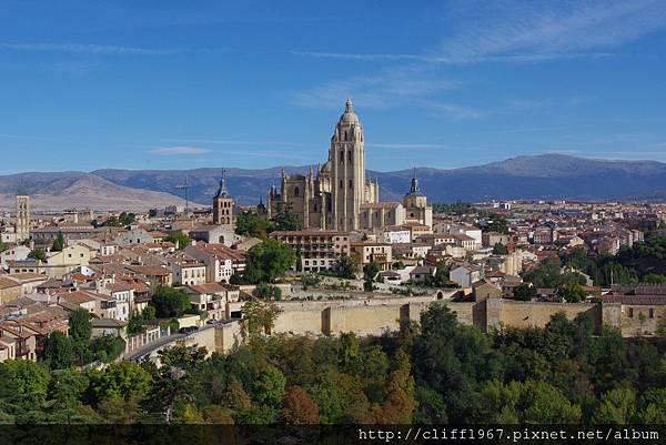 由塞哥維亞城堡ALCÁZAR遠眺大主教教堂