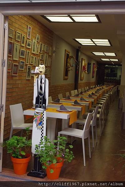 舊猶太人街小巷內的pizza店