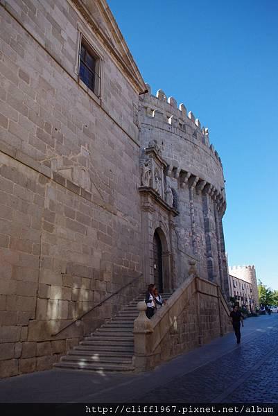 大主教教堂的正殿後側與城牆結而為一