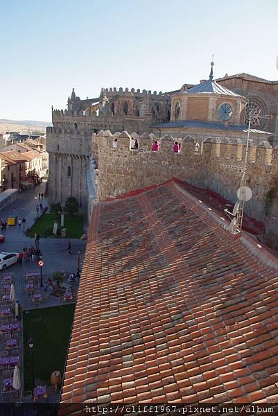 大主教教堂與城牆結而為一