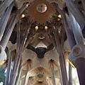 聖家堂內部的主殿拱頂