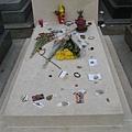 沙特與西蒙波娃之墓上面有許多的仰慕者留下的紀念品