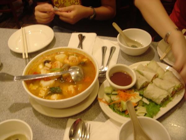 Saigon grill好喝的酸湯和夏捲