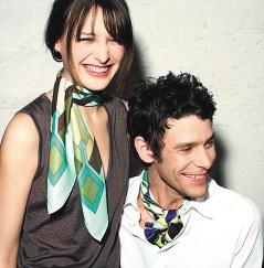 愛馬仕季節性絲巾可分成兩種尺寸,多種材質。70x70公分的絲巾,可在脖子做出各種領巾的變化,男女皆宜。