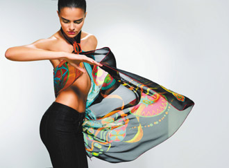愛馬仕絲巾工坊研發出一種Vintage的織法,讓絲巾更輕薄但兼具彈性與柔軟度。仿如風中精靈,為女人美麗變身。