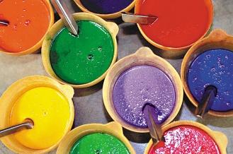 鋼板印網,反覆印染,顏色層次分明,一條愛馬仕的絲巾,甚至可以多達42種套色。