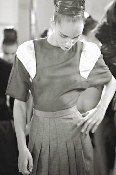 YSL以回收布料創作「新骨董」系列新裝,圖為秋冬作品。