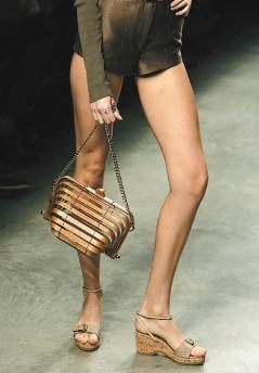 Stella McCartney拒用動物皮革,連包包也是竹編而成。
