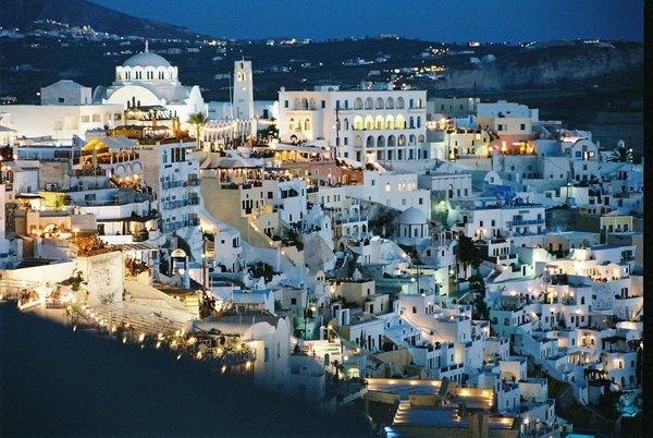 步入夜晚的 Santorini