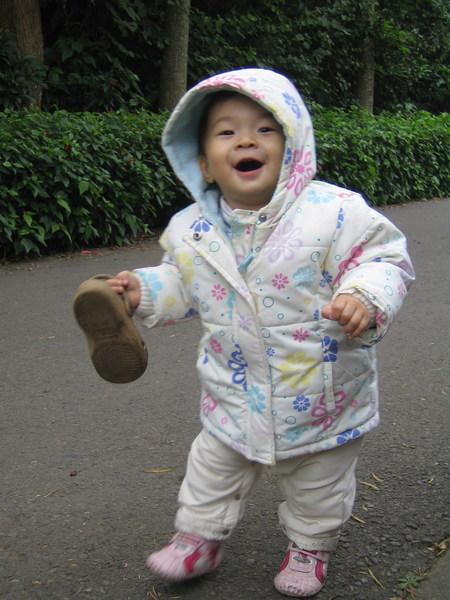 愛拿姐姐的鞋子