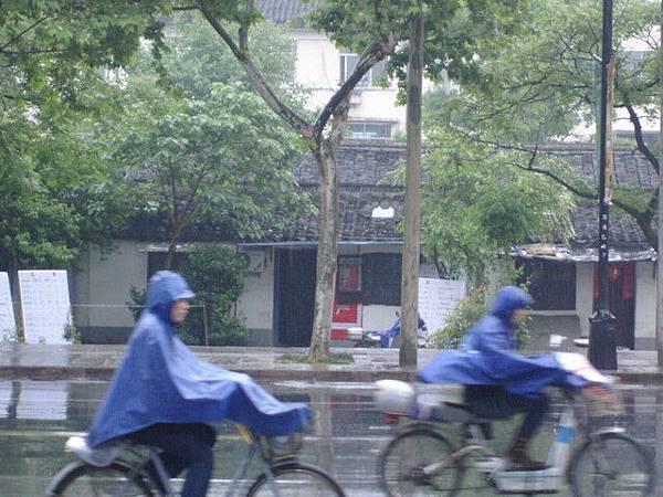 雨衣挺酷的!!
