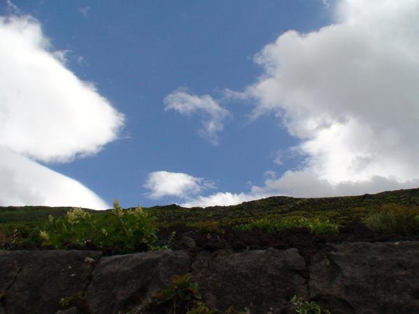 看不見山頂但有漂亮的天空