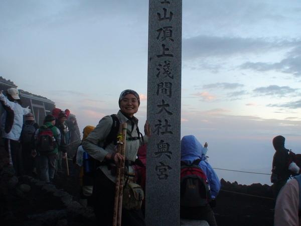 日出前抵達富士山頂