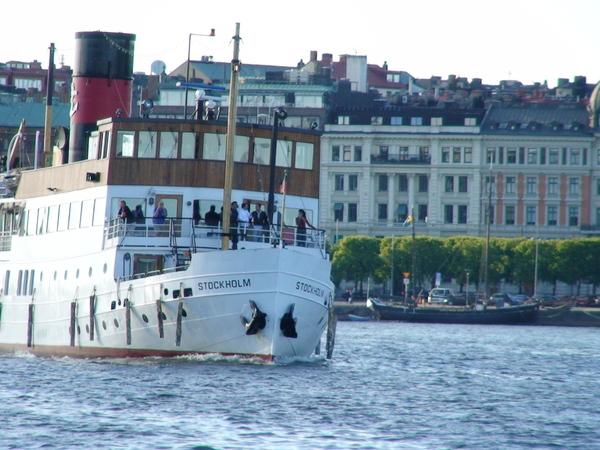 港灣中行駛的交通船