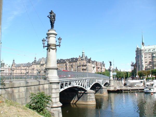 守護橋的神祇站在橋柱上