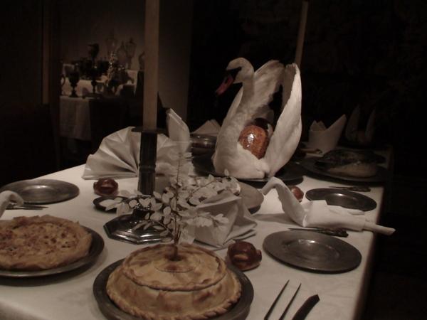 豪華晚宴--看到桌上的天鵝肉嗎?