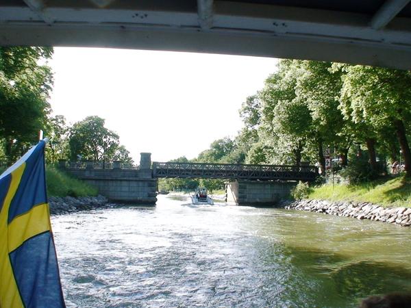 航行於運河上