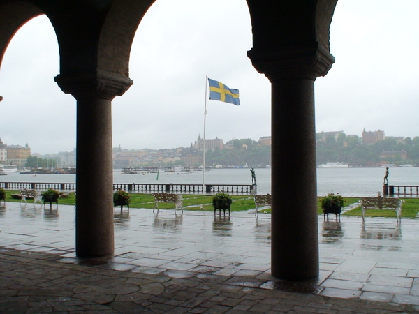 從市政聽望向飄雨的梅拉倫湖