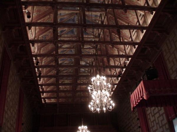 市議會大廳的船型屋頂天窗