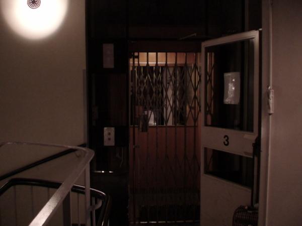 我們住的青年旅館古老的電梯