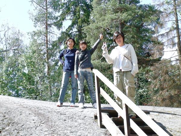 爬上露營場中的大石塊